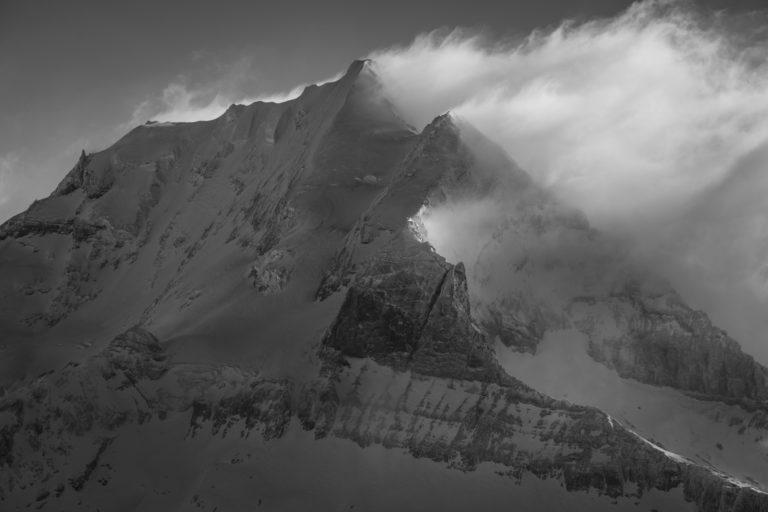Doldenhorn en noir et blanc après une tempête de neige en montagne