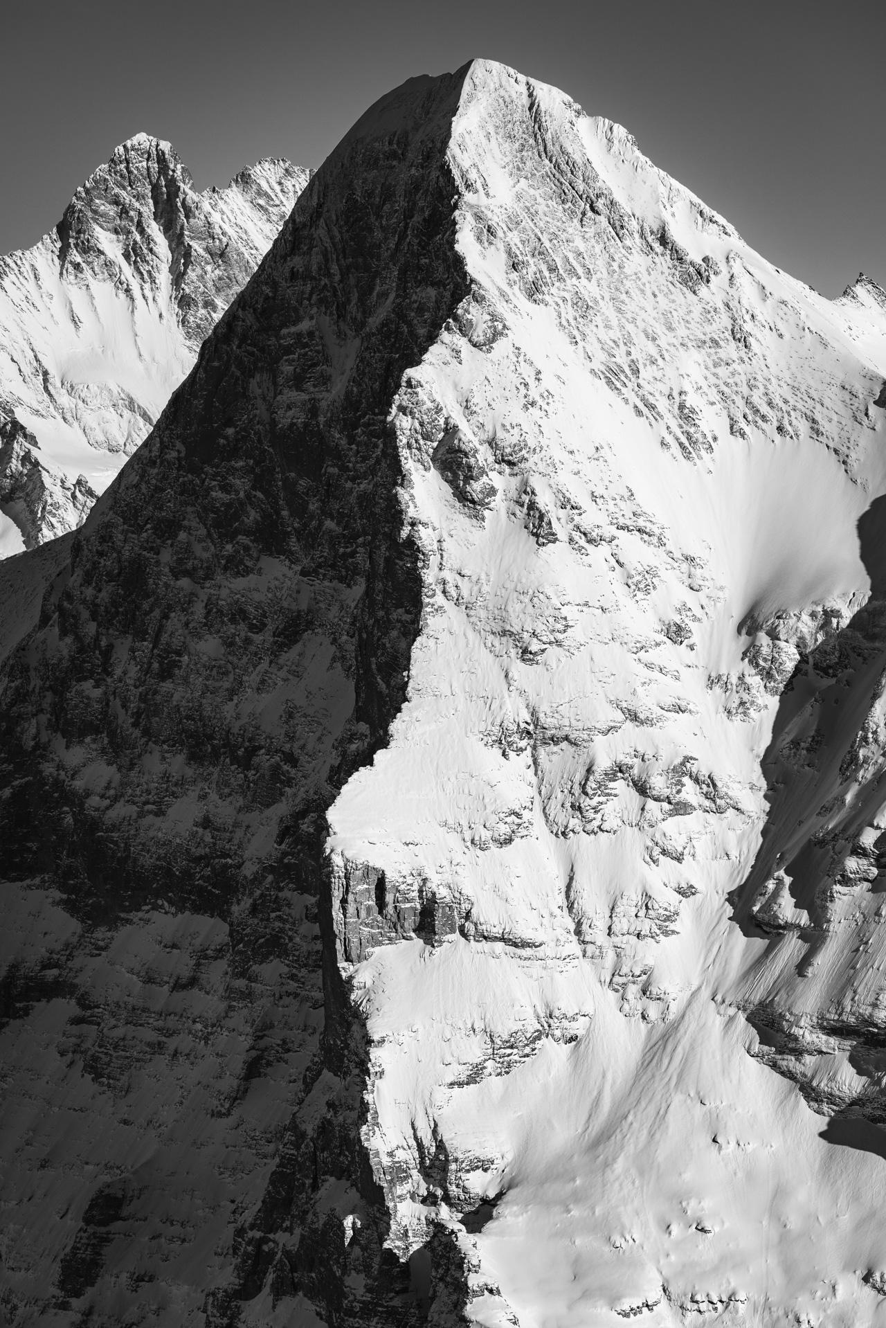 I mage montagne enneigée noir et blanc - Sommet de la montagne Eiger dans l'ombre et la lumière - Eiger face nord et ouest