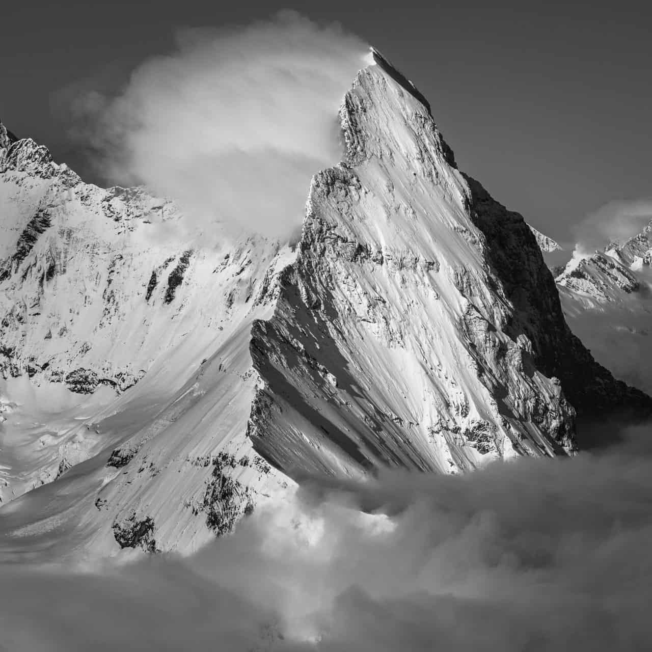 photos montagnes enneigées d'Eiger - Mittellegi dans les nuages en noir et blanc