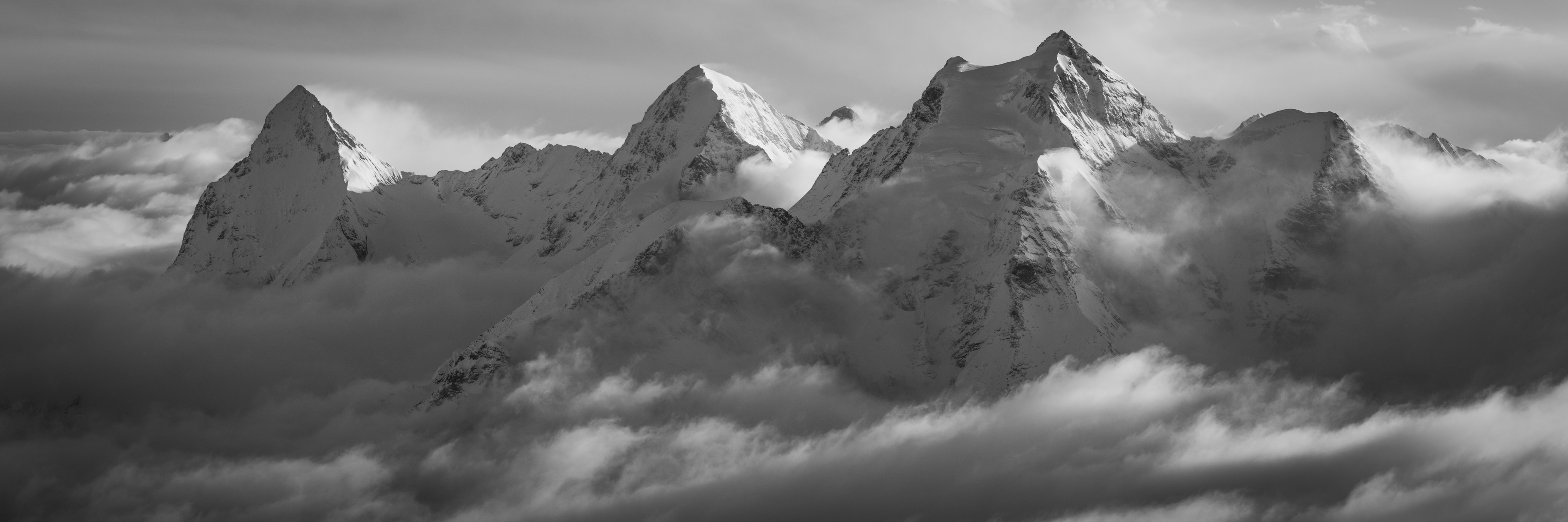 Photo panoramique des alpes bernoises. Photo panoramique noir et blanc de l'Eiger, Monch et Jungfrau