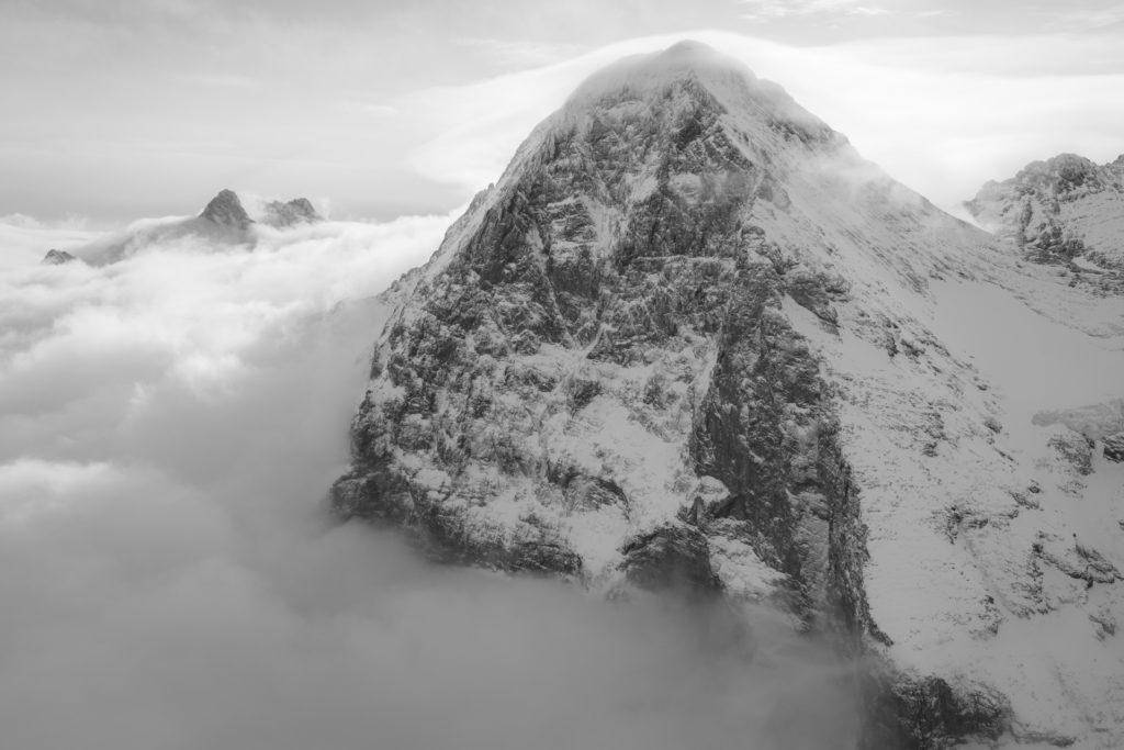 Eiger Grindelwald - image montagne enneigée en noir et blanc - Photo montagne dans la brume