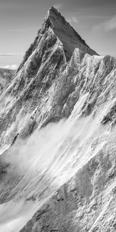 Sommet des Alpes Bernoises et de la roche en montagne sous la neige - Finsteraarhorn en noir et blanc