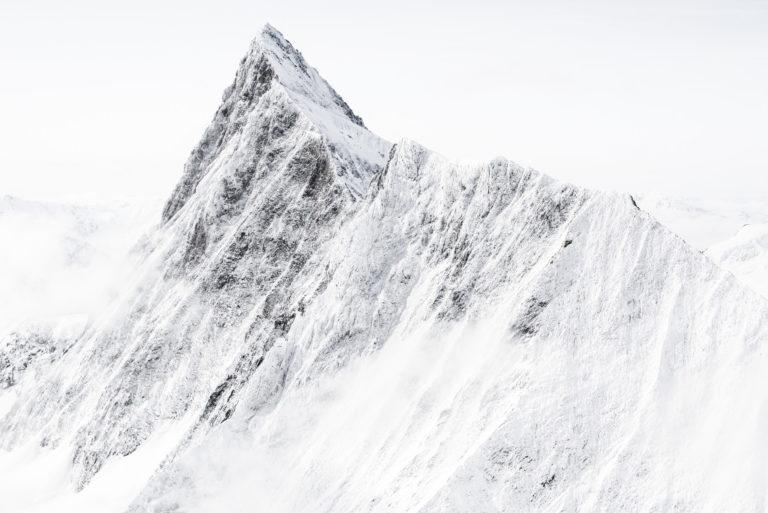 Sommet des Alpes Bernoises et de la roche en montagne sous la neige - Finsteraarhorn