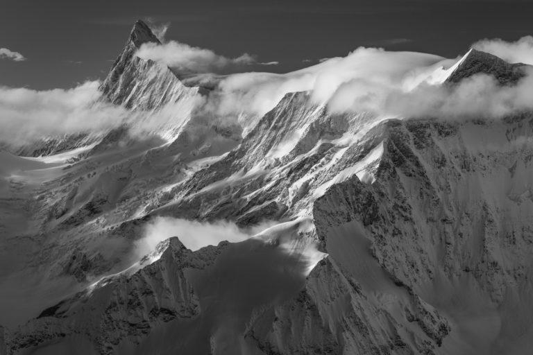 Finsteraarhorn - photo noir et blanc d'un glacier de montagne dans les Alpes Bernoises en Suisse