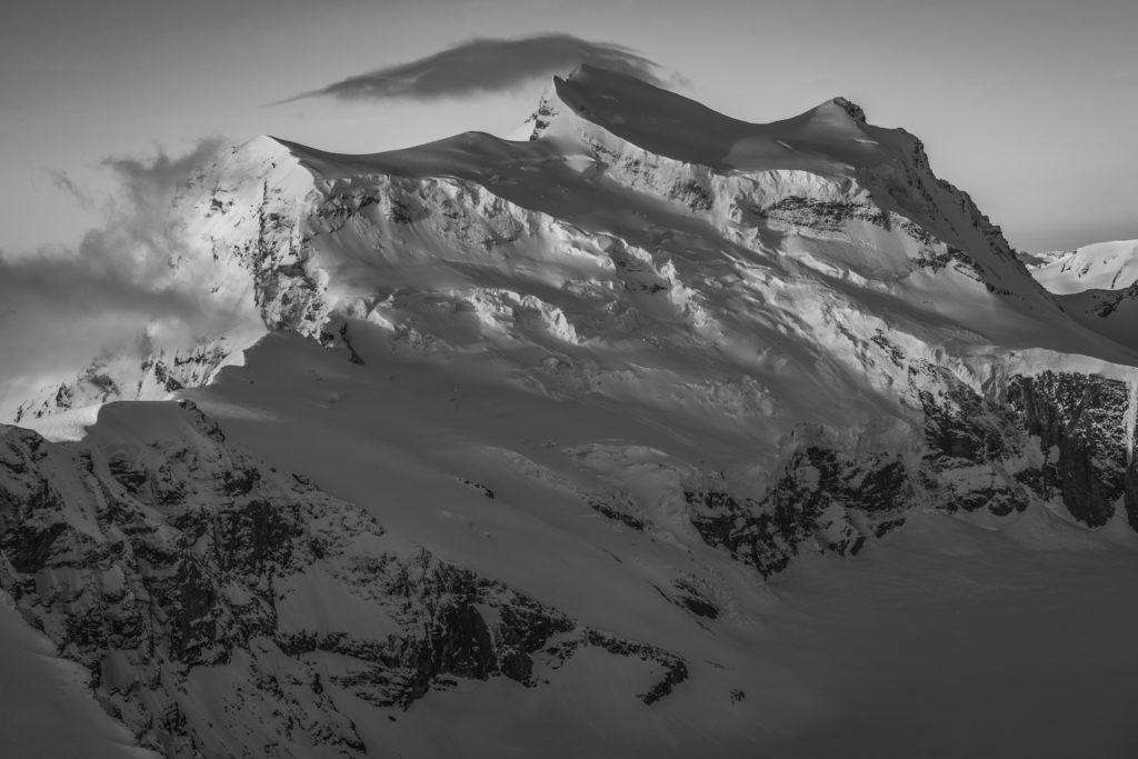 Photo de montagne dans le Verbier Suisse - image de montagne enneigée en noir et blanc