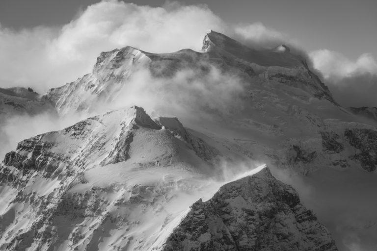 Grand Combin - photo hd montagne des sommets des Alpes en noir et blanc avec mer de nuage brumeuse après une tempête de neige en montagne