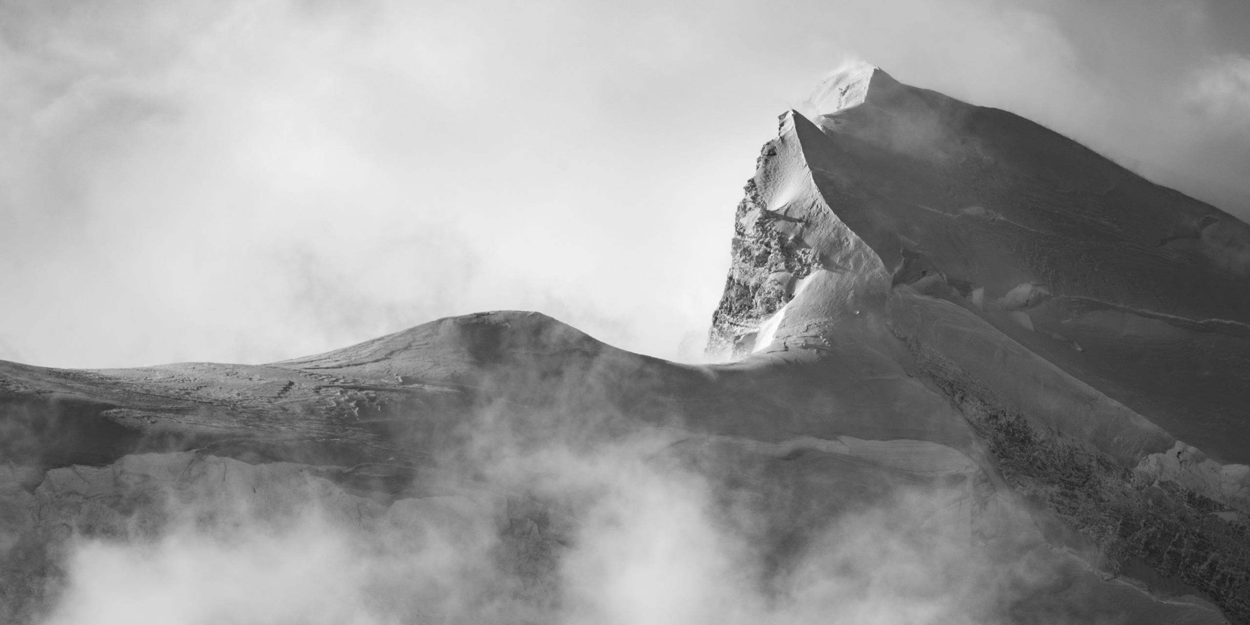 Grand Combin - photo hd montagne des sommets des Alpes en noir et blanc avec mer de nuage brumeuse après une tempête de neige