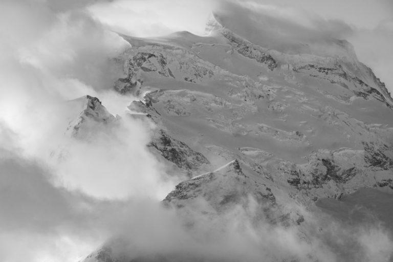 Grand Combin - massif des alpes suisses en noir et blanc