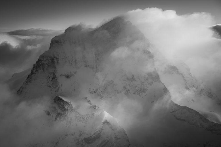 Wolkenmeer über den schwarz-weiß verschneiten Gipfeln von Grand Combin der Schweizer Alpen Berge von Verbier