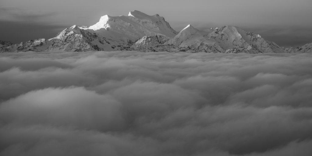 panorama de montagne noir et blanc du Grand Combin - sommet de montagne
