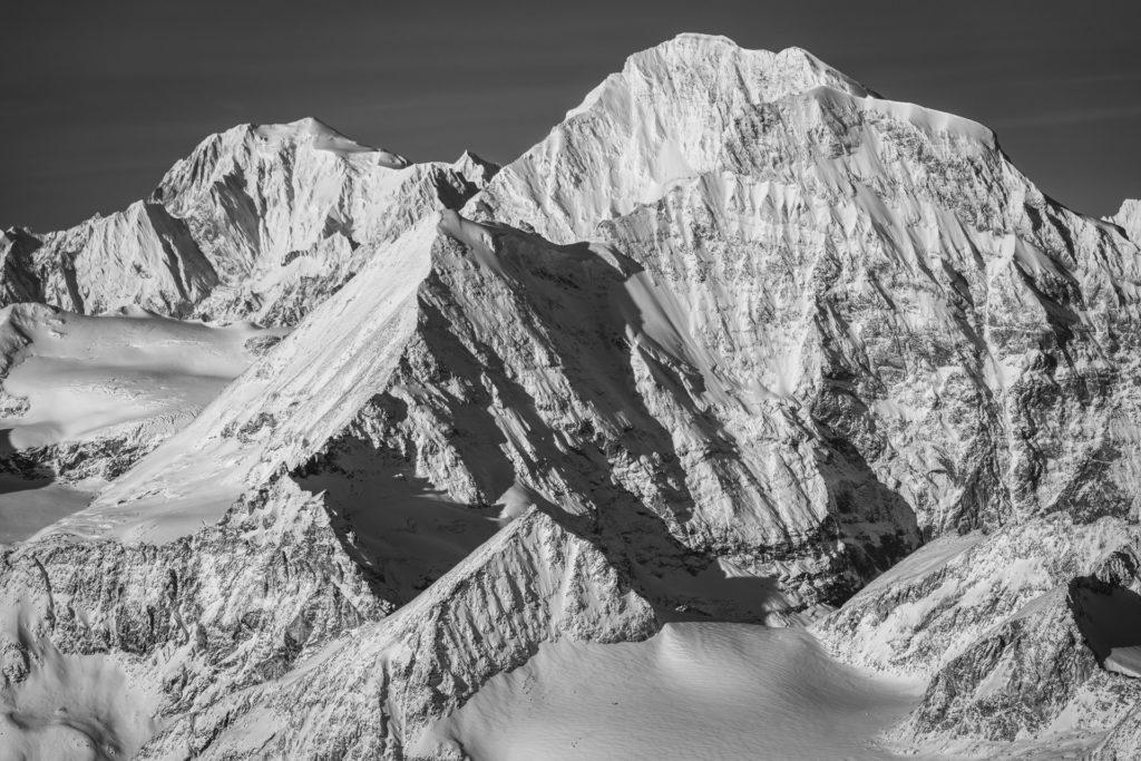 Grand Combin Himalaya- photo massif mont blanc noir et blanc après une tempête de neige en montagne