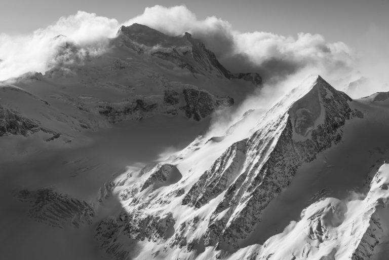 Grand Combin und Combin de Corbassière - Schwarz-Weiß-Foto von hohen Bergen verbier