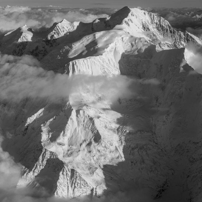 massif du mont blanc noir et blanc - glacier de bionnassay - voie normale mont blanc