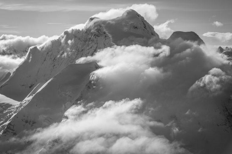 Jungfrau - Mer de nuages sur les sommets des montagnes suisses des Alpes en noir et blanc