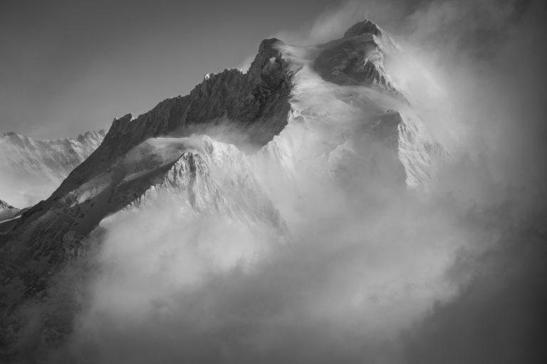 Jungfrau- sommet des alpes Bernoises et massif montagneux dans une mer de nuages en noir et blanc
