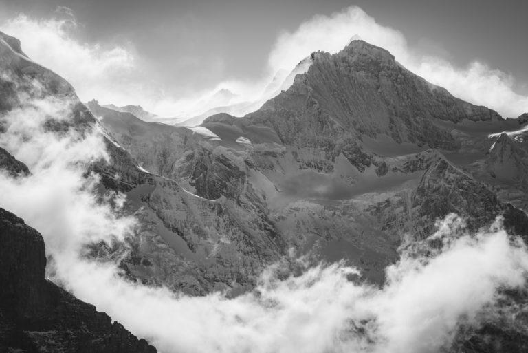 Jungfrau - massif montagneux noir et blanc - Montagne dans la brume sous le soleil des Alpes Bernoises en Suisse