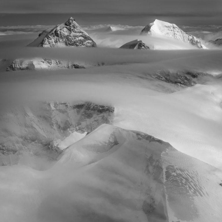 Jungfrau - Monch - Mer de nuage en noir et blanc au dessus des sommets des Alpes Suisses Bernoises