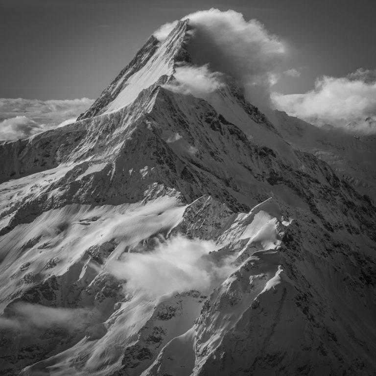 Schreckhorn - Lauteraarhorn - Sommet de montagne noir et blanc - Grindelwald dans les nuages au soleil après une tempête