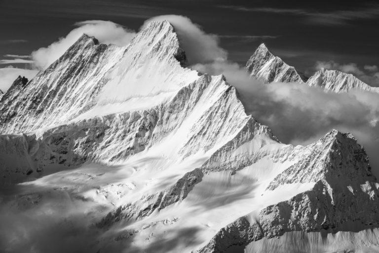 Sommet des montagnes des Alpes Bernoises noire te blanc - Rayon du soleil en altitude dans les nuages après une tempête - Lauteraarhorn - Schreckhorn - Finsteraarhorn