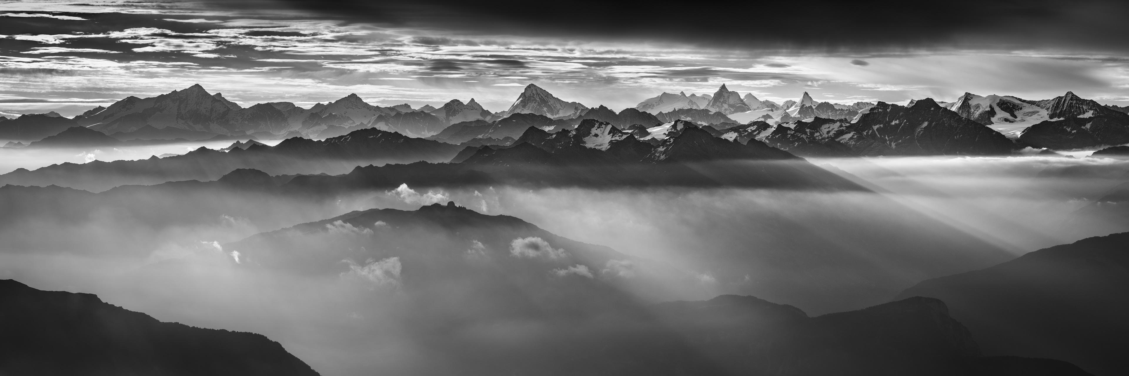 Panorama de montagne des Alpes Valaisannes et des Dents du midi noir et blanc - Tableau photo à encadrer de Zermatt dans une mer de nuage sous les rayons du soleil