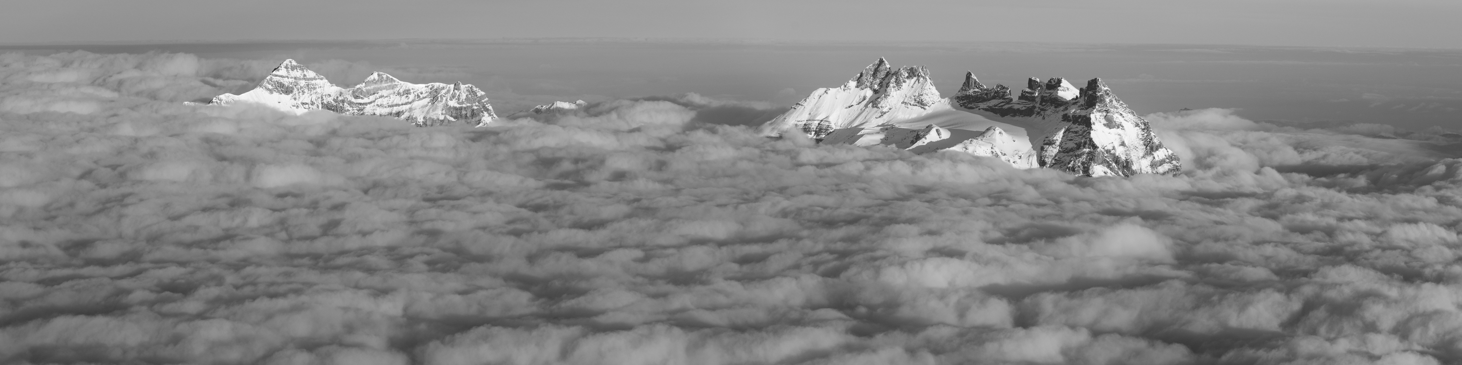 image de montagne : Panorama de montagne - Les Dents du Midi et la Tour Sallière dans une mer de nuages