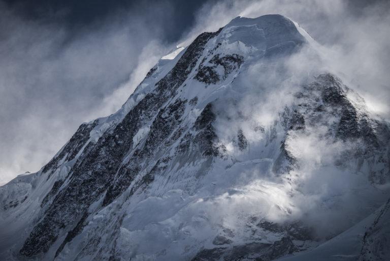 Sommet du Lyskamm dans une mer de nuage - Image de montagne rocheuse enneigée en hiver dans les Alpes Valaisannes à Zermatt