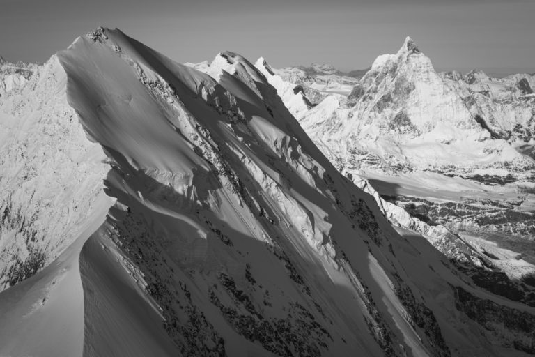 Zermatt Suisse - Lyskamm - Vallée de zermatt : montagne en automne en noir et blanc