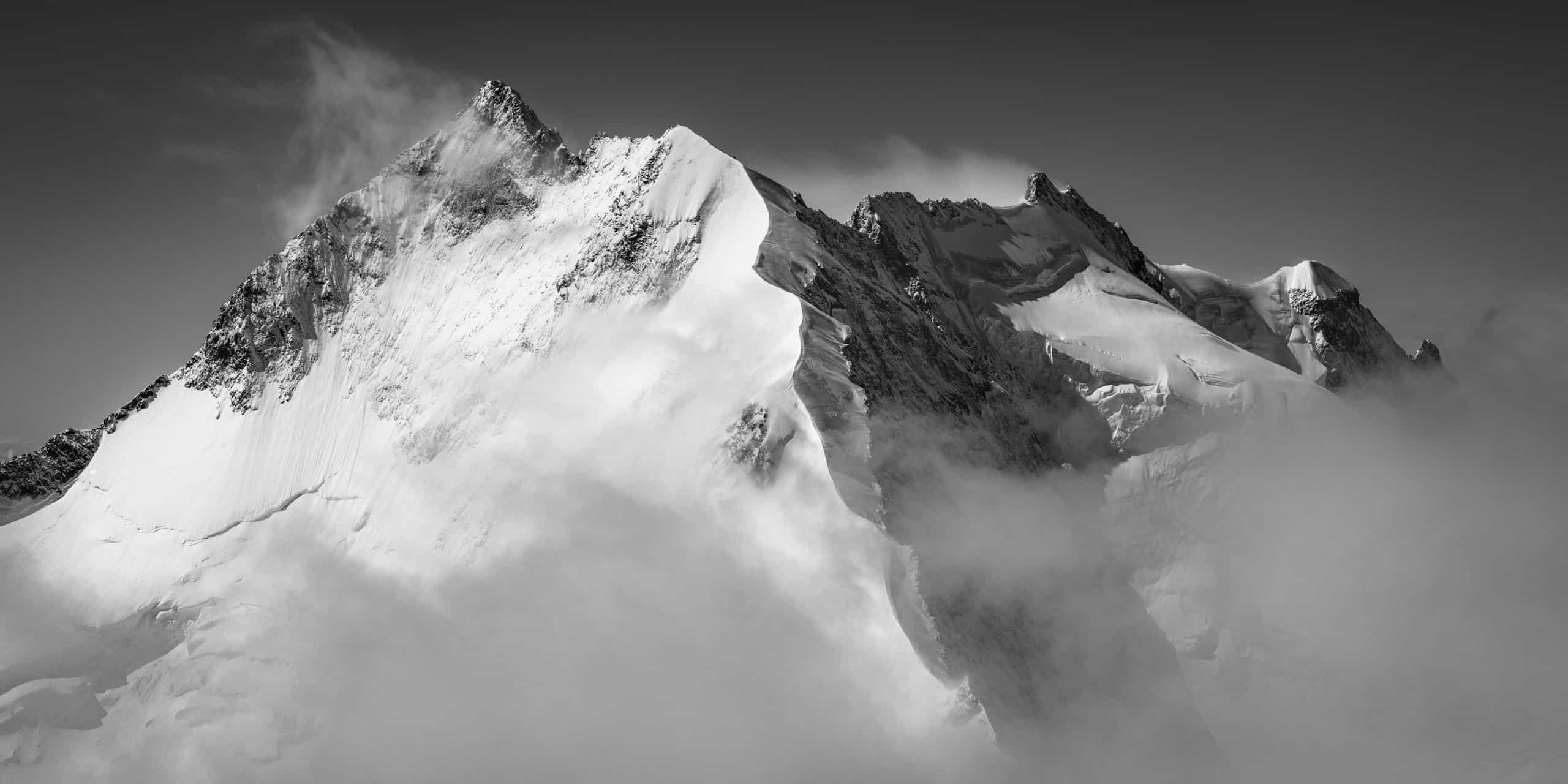 Image panoramique piz bernina - photo biancograt - Engadine Alpes Suisses - panorama noir et blanc montagne st-moritz