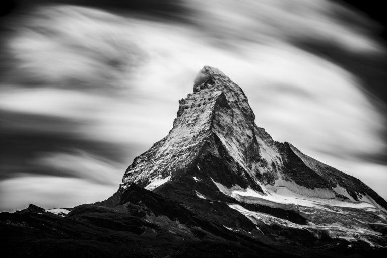 Belle photo de montagne en noir et blanc - Image du MatterHorn mont Cervin dans une pluie de nuage tournoyants