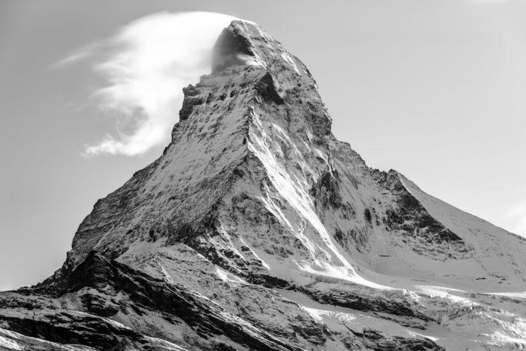 Pic du sommet du Matterhorn en fumée dans les nuages - Mont Cervin - Zermatt - Montagne suisse en neige dans le canton du Valais