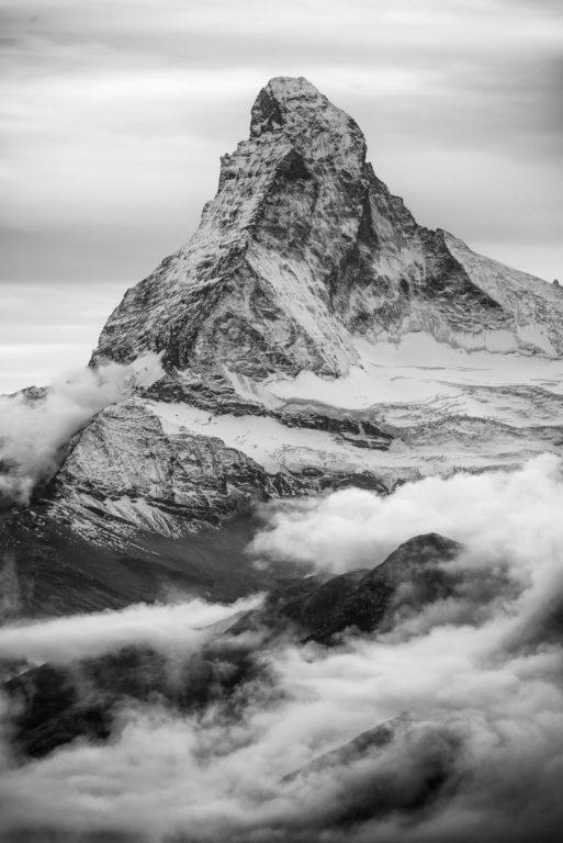 Photo de la Mer de nuage sur le sommet du Matterhorn à Zermatt dans les Alpes Valaisannes en Suisse