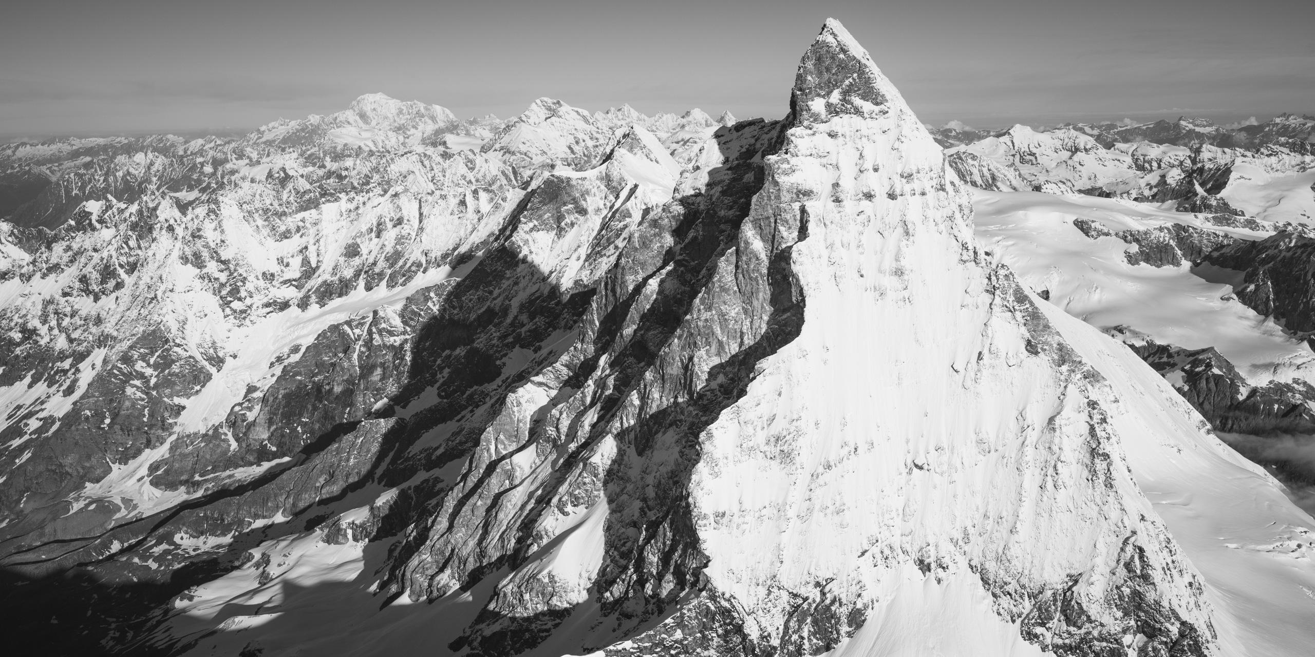 Mont Cervin Alpes Suisses - vue panoramique d'un montagne en noir et blanc