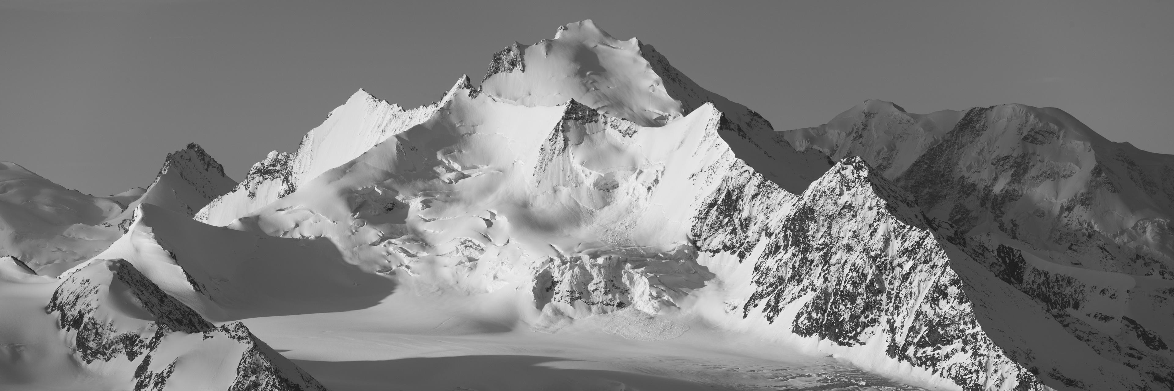 Mischabels - Saas Fee Crans Montana - photo d'une vue panoramique noir et blanc du dom de Mischabels