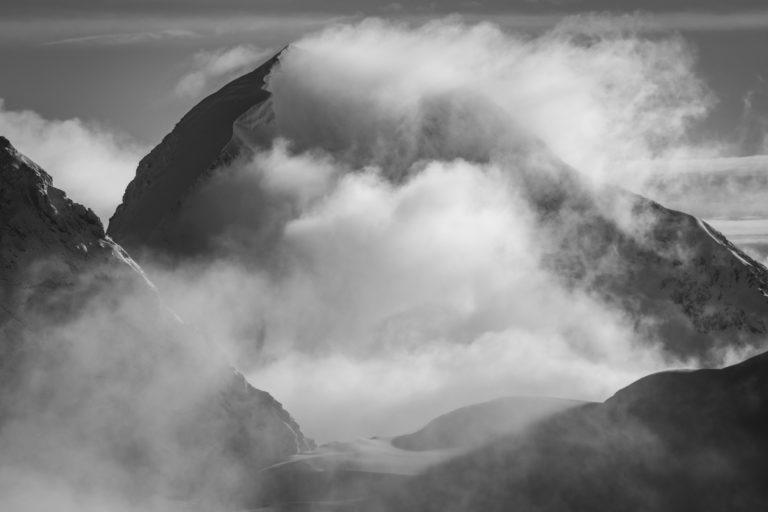 Monch - Encadrement photo en ligne d'un glacier des alpes Bernoises dans le brouillard et une mer de nuages