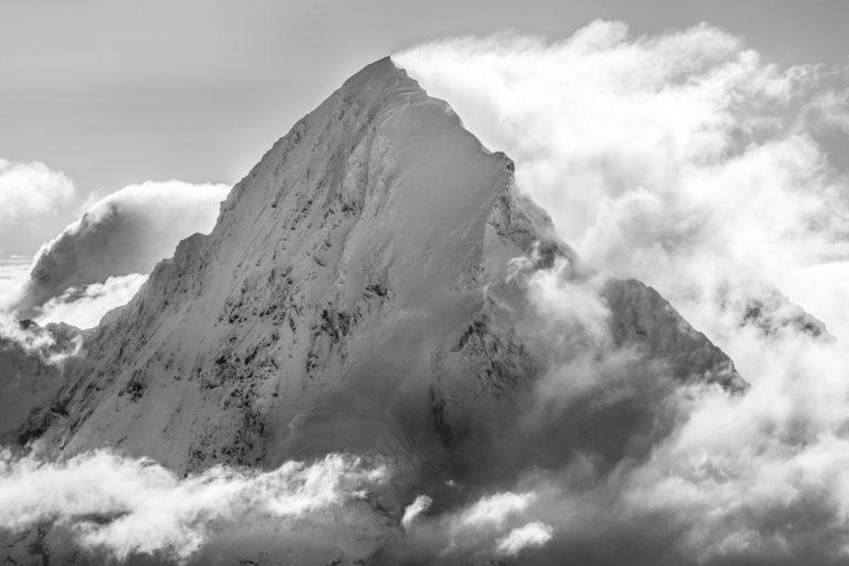Monch - image de brouillard en montagne suisse dans une mer de nuages en noir et blanc