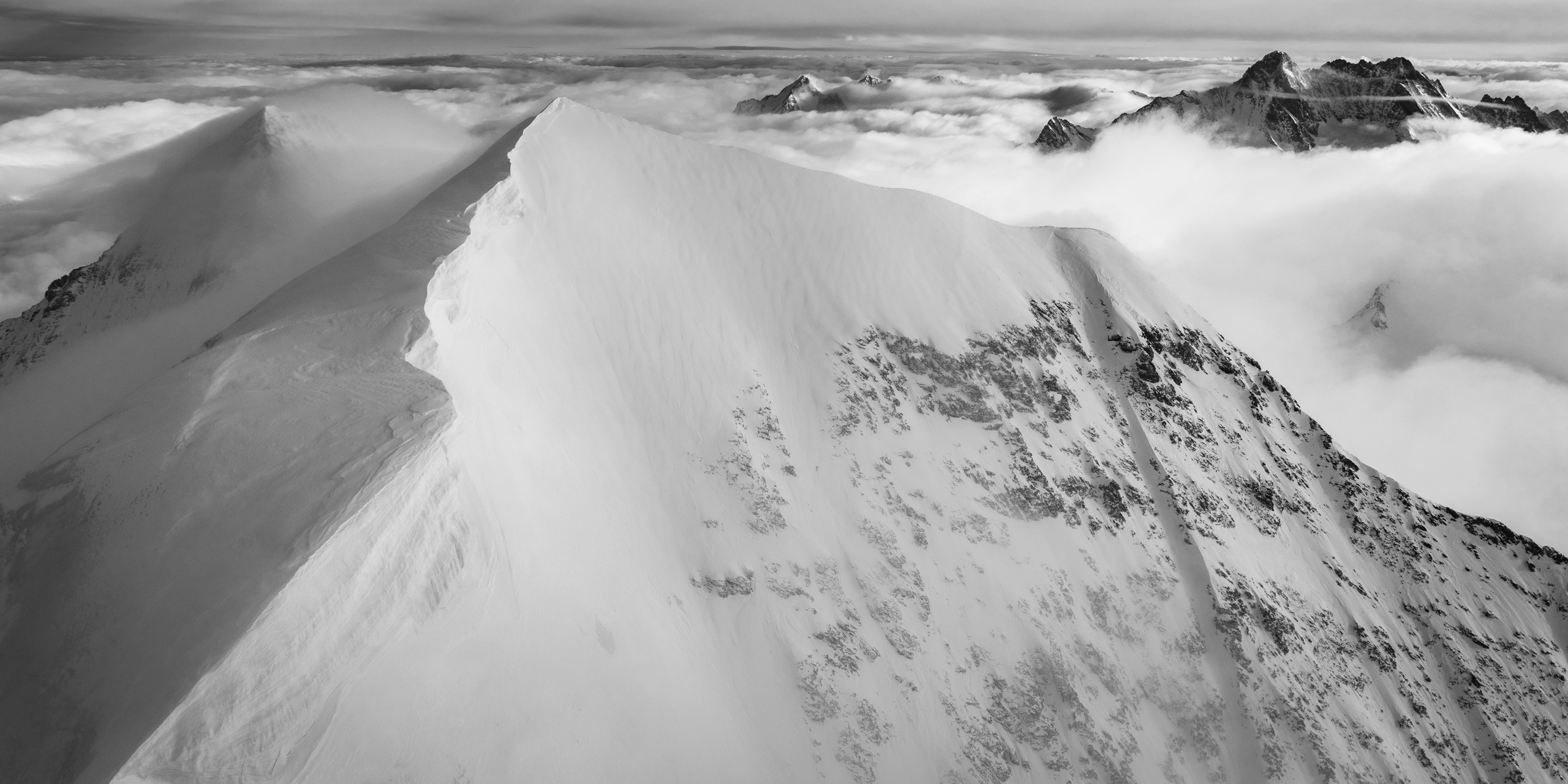 Monch - image paysage montagne neige en noir et blanc - Schreckhorn/Lauteraarhorn et le Wetterhorn dans la mer de nuages