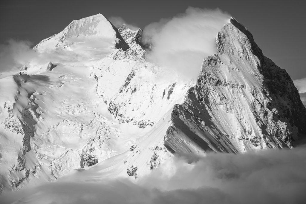 Monch - Eiger - Jungfrau - Mer de nuage au sommet d'une montagne des Alpes Suisses en noir et blanc - grindelwald