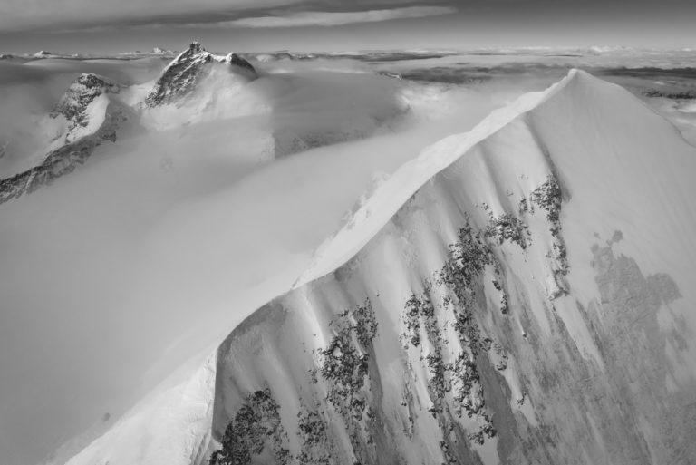 Monch Jungfrau - photo noir et blanc du mont blanc et du grand Combin dans les massif montagneux des Alpes Suisses