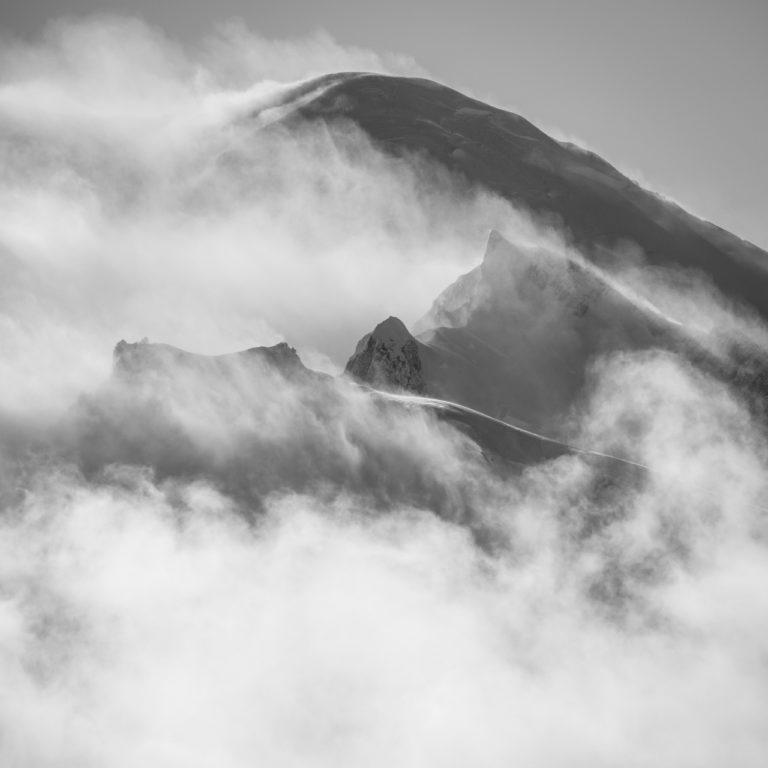 photo du mont blanc - Mont-Blanc photo de montagne noir et blanc dans une mer de nuage brumeuse