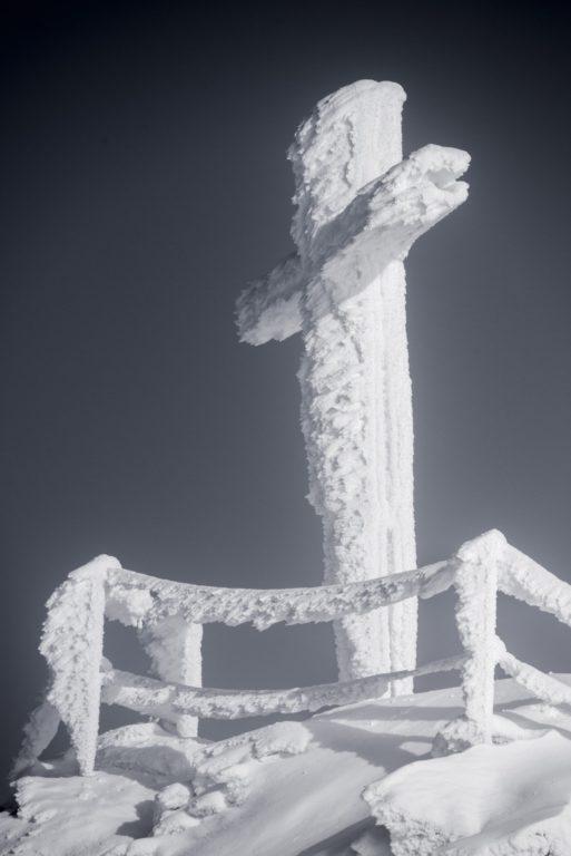 Mont Fort dans les Alpes Valaisannes de Suisse - croix de montagne sous la neige à Crans Montana - Verbier