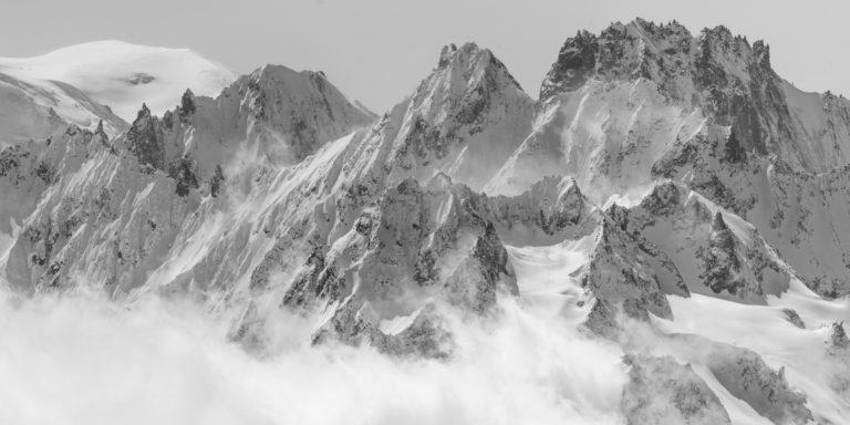 Panorama noir et blanc des Montagnes de Verbier dans les alpes valaisannes suisses dans un mer de nuage vers le Mont Blanc
