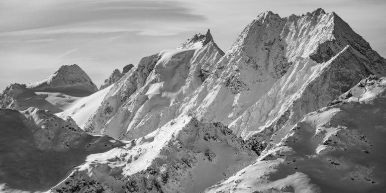 Panorama de montagne noir et blanc du val d'Hérens et de Zermatt dans les Alpes du canton du Valais en Suisse