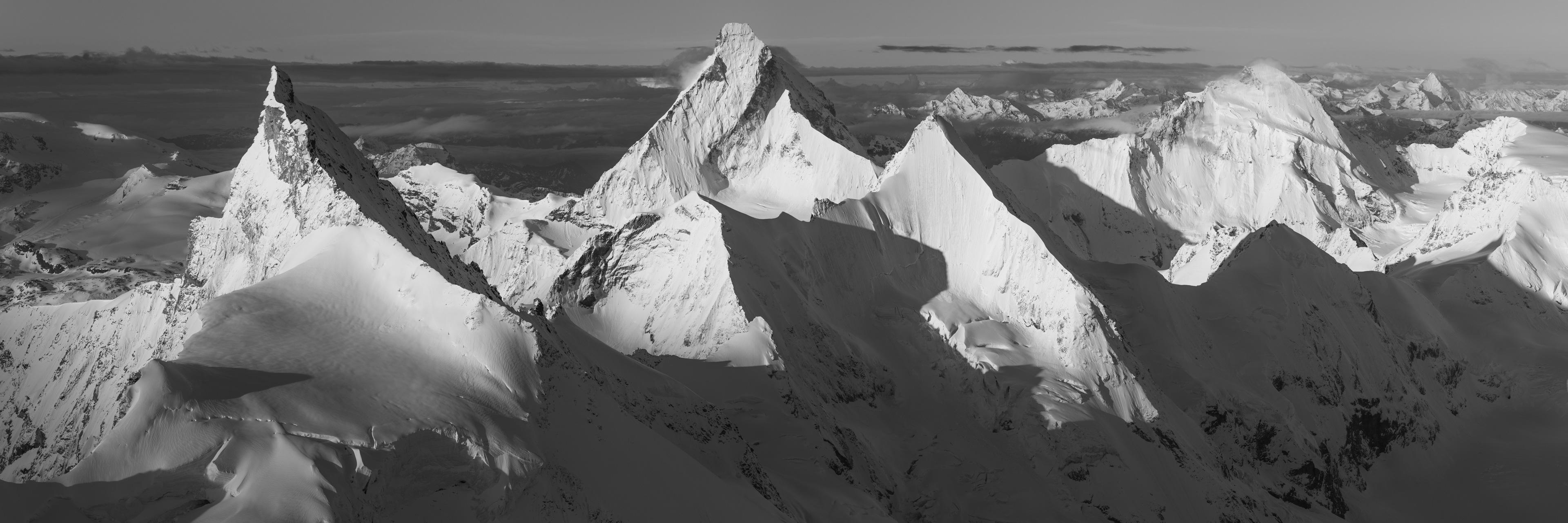 Photo noir et blanc panoramique montagnes Suisse
