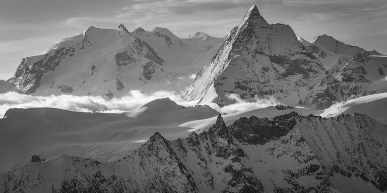 Panorama noir et blanc du Mont Rose et des Montagnes et sommets suisses des Alpes Valaisannes - Tsa - Mont Cervin