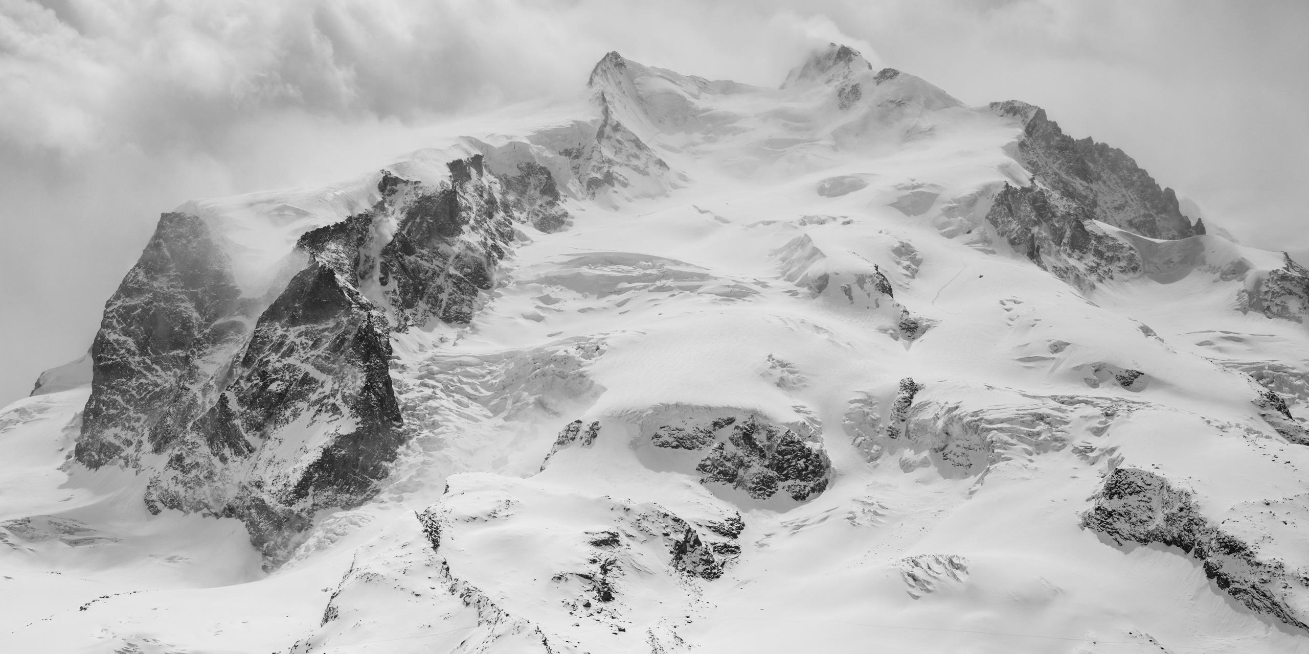 Mont Rose - photo d'un paysage de montagne - massif rocheux montagneux du Monte Rosa en noir et blanc - plus haut sommet suisse