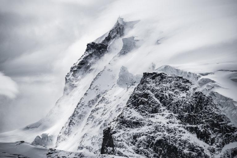 Monte Rosa - Sommet du Mont Rose enneigé dans une mer de nuage et de brouillard l'hiver - Vue sur le séracs de la face Est du Massif du Mont Rose