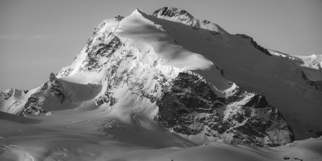 Mont Rose - Image paysage de montagne du massif montagneux en neige du Monte Rosa en noir et blanc
