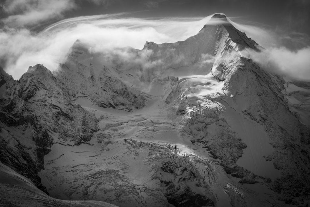 photo obergabelhorn face nord - Massif montagneux des glaciers des Alpes dans une brume nuageuse en noir et blanc