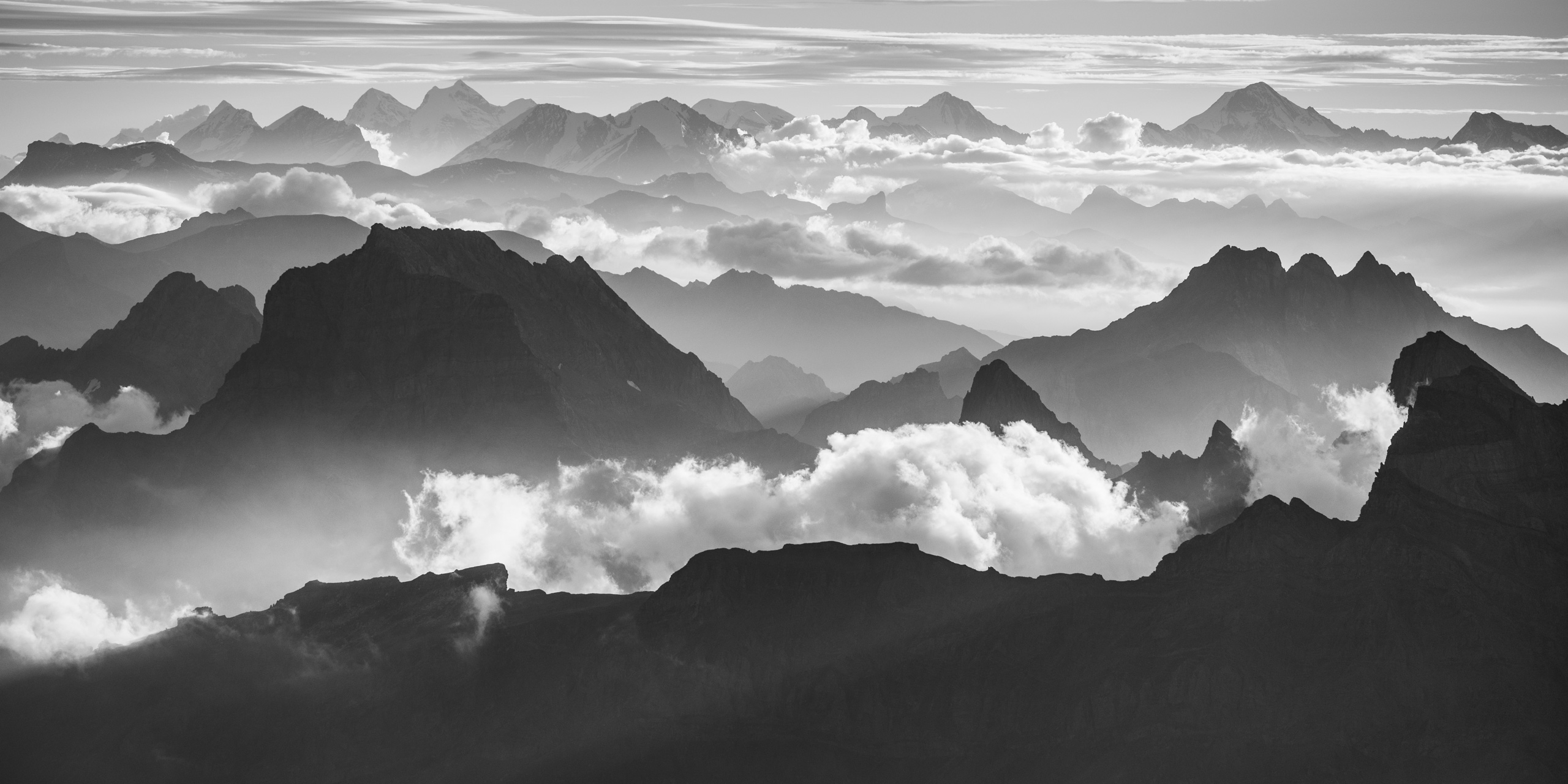 Panorama noir et blanc des Alpes Bernoises en Suisse - Vue des sommets de montagne des Alpes Bernoises et Vaudoise au dessus d'une mer de nuage