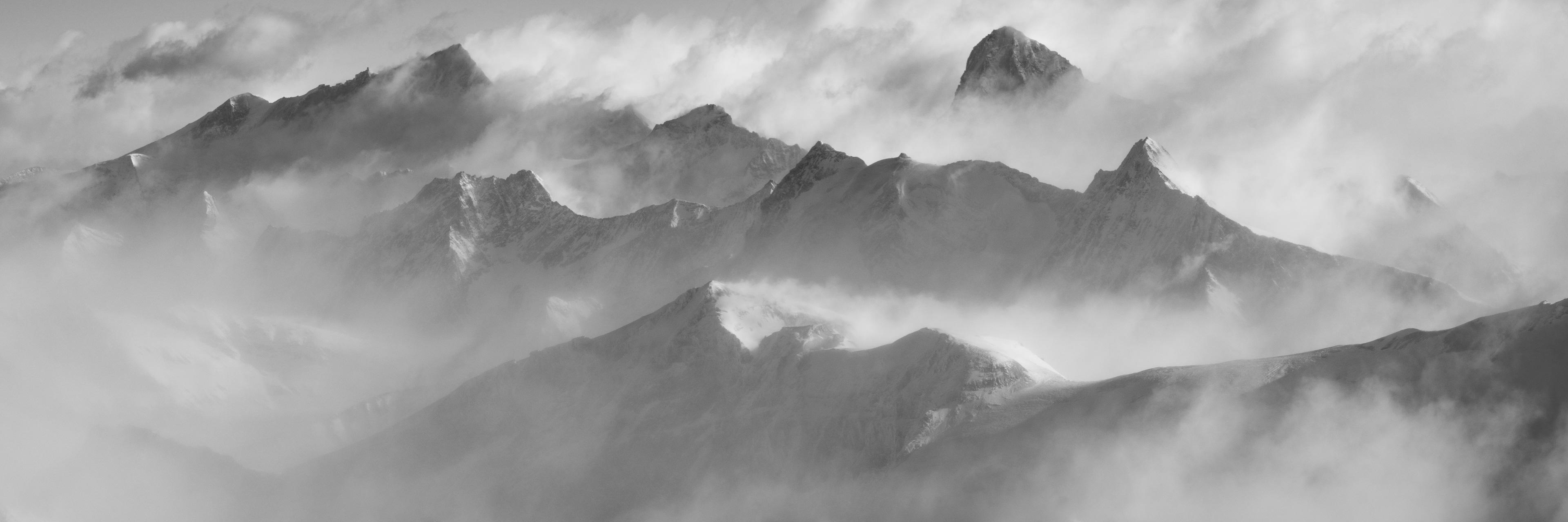 Panorama des sommets de montagne des Alpes Valaisannes en noir et blanc dans une mer de nuages - Crans Montana - Arolla- Dent Blanche - Val d'Hérens